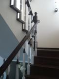 Лестницы из массива с контрастной отделкой