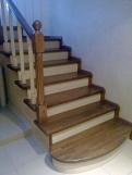 Лестница из массива с контрастной отделкой