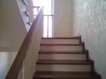 Лестница из массива с широкимиступенями