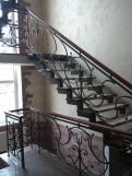 Лестница для коттеджа с перилами (3 фото) - №14