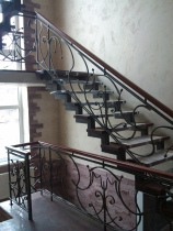 Лестница для коттеджа с перилами