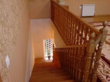 Лестница и ограждение балюстрады из БУКОВЫХ точёно-фрезерованных столбов и балясин.