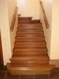 Деревянная лестница с широкими ступенями