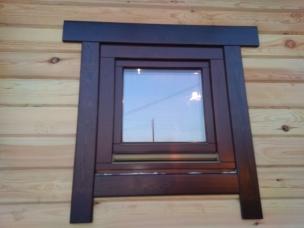 Деревянное окно с наличниками
