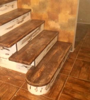 Лестница в стиле Прованс с контрастными ступенями, модель 24