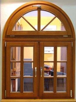 Деревянное окно арка