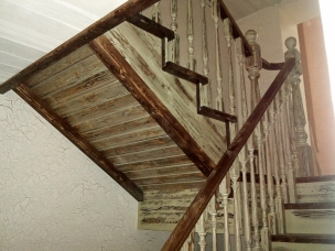 Лестница с контрастными перилами в стиле Прованс, модель 4