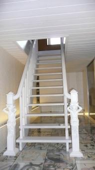 Лестница на чистовом деревянном косоуре из массива дуба