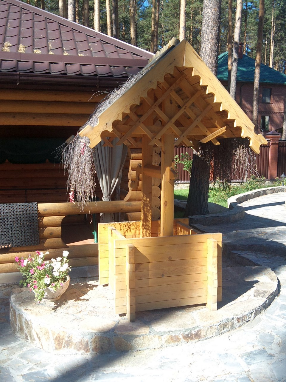 Фото резьбы по дереву: домик для колодца